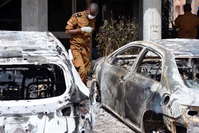 Lundi matin, sur le théâtre de l'attaque, des... (PHOTO ISSOUF SANOGO, AFP)