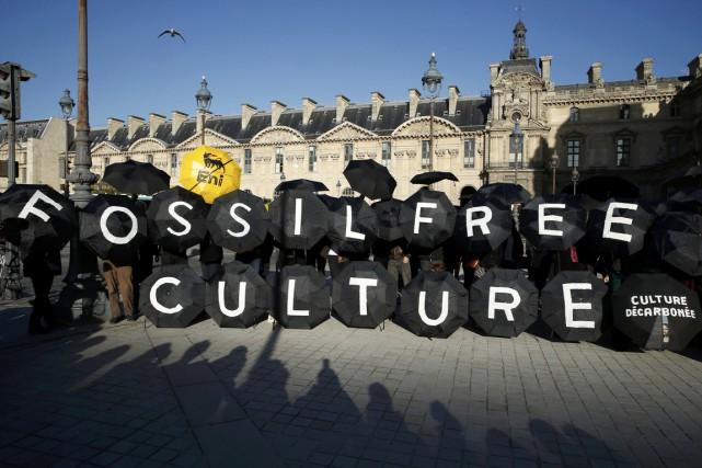Des activistes manifestent pour réclamer que le Musée... (PHOTO BENOIT TESSIER, ARCHIVES REUTERS)