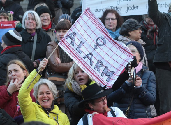 Une manifestation de femmes dénonçant le racisme et... (PHOTO JUERGEN SCHWARZ, ASSOCIATED PRESS)