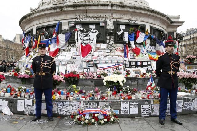 Deux gardes d'honneur français sont postés devant le... (PHOTO YOAN VALAT, ARCHIVES AP)