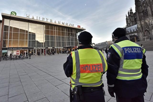 Des policiers patrouillent aux abords de la Gare... (PHOTO MARTIN MEISSNER, AP)