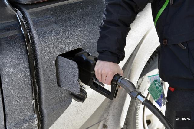 Les automobilistes estriens ont pu remarquer que le prix de l'essence est à la... (Archives La Tribune)