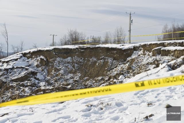 La possibilité qu'un autre glissement de terrain se... (Archives, La Tribune)