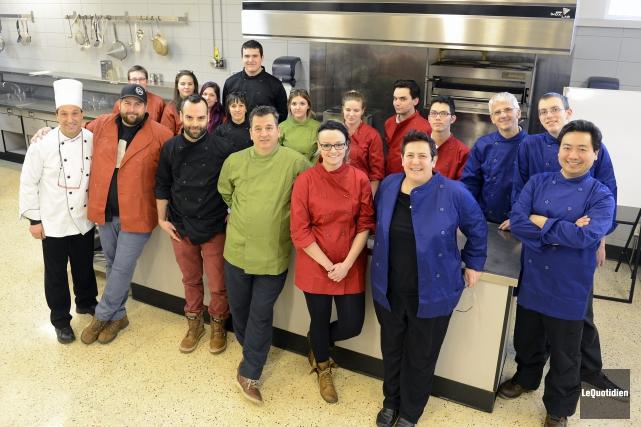 Enseignant en cuisine, Richard Lajeunesse et les cinq... (Photo Le Quotidien, Jeannot Lévesque)