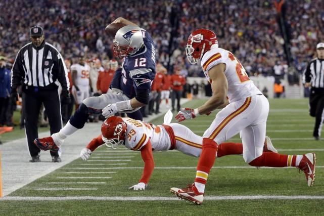 Tom Brady, qui a lancé deux passes de... (AP, Steven Senne)