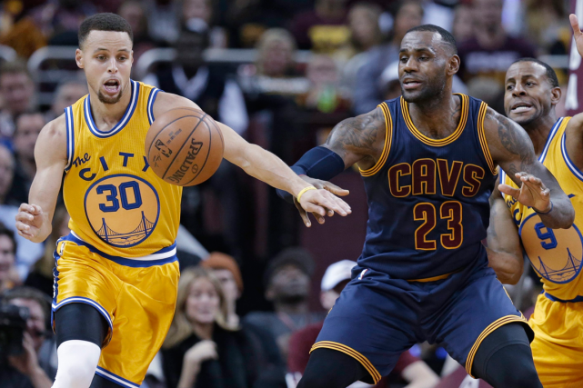 Stephen Curry (à gauche) et les Warriors de... (Photo Tony Dejak, AP)