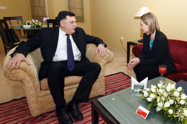 Fayez el-Sarraj en compagnie de la chef de... (PHOTO FETHI BELAID, ARCHIVES AFP)