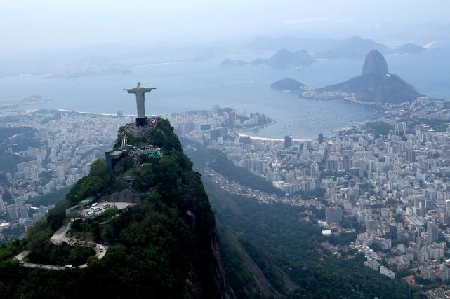 Une vue aérienne de la ville de Rio... (Archives AP, David J. Phillip)