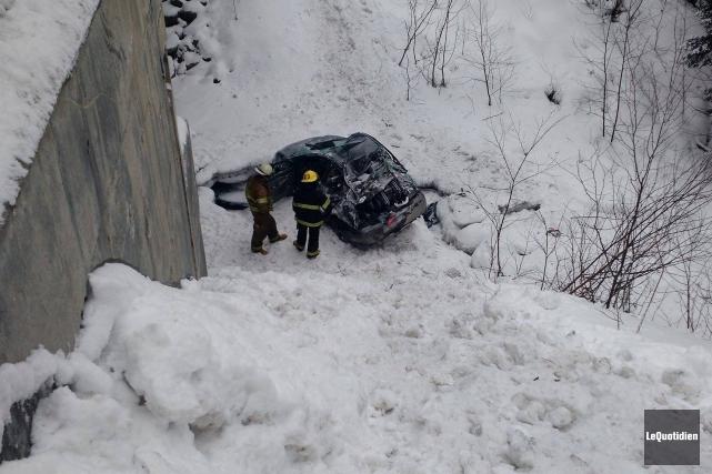 Une voiture fait un plongeon de 10 mètres... ((Photo Le Quotidien, Patricia Rainville ))