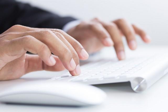 Le fédéral installera un nouvel outil de traduction automatique sur les postes... (123RF)