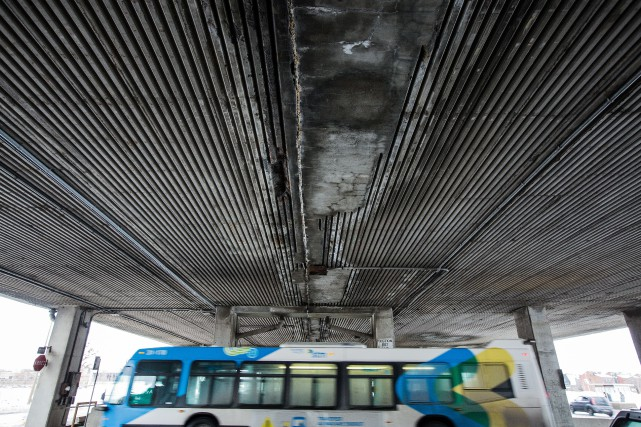 La structure de l'autoroute Métropolitaine qui surplombe la... (PHOTO EDOUARD PLANTE-FRÉCHETTE, LA PRESSE)