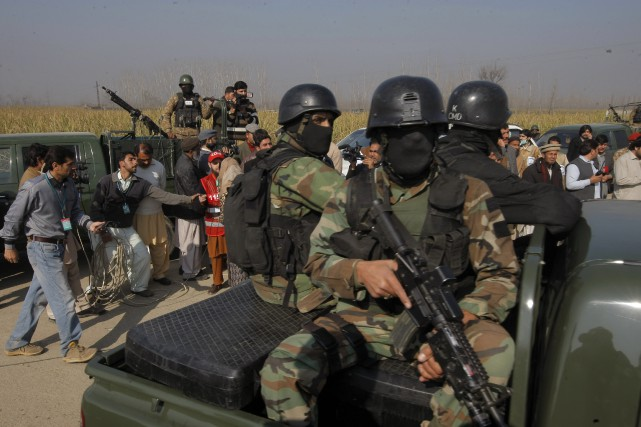 Les troupes pakistanaises sont intervenues à l'université Baccha... (Associated Press, Mohammad Sajjad)