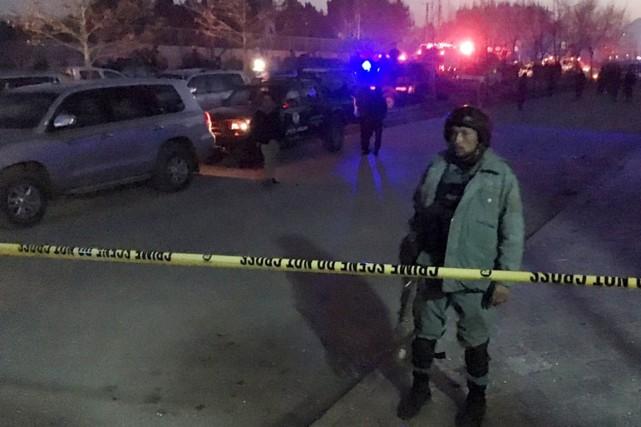 Un policier afghan monte la garde près du... (PHOTO AHMAD MASOOD, REUTERS)