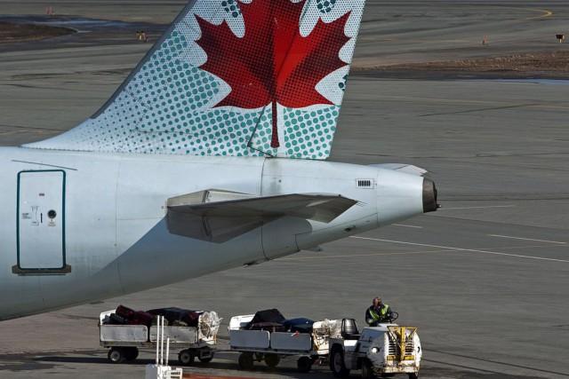 Les machinistes et travailleurs de l'aérospatialefont circuler une... (PHOTO ARCHIVES LA PRESSE CANADIENNE)