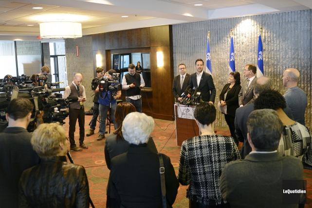 Alexandre Cloutier et les présidents de trois commissions... (Photo Le Quotidien, Jeannot Lévesque)