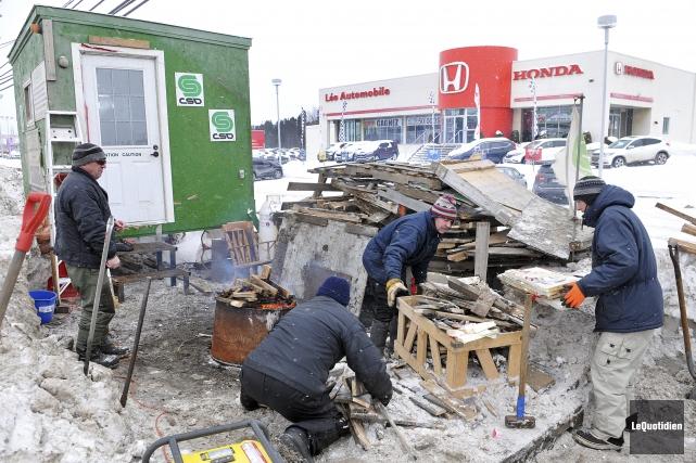 Les employés de garage en lock-out accélèrent le rythme de démolition des... (Photo Le Quotidien, Rocket Lavoie)
