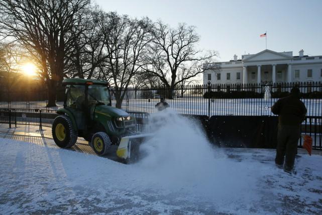 Des travailleurs de la ville de Washington s'affairent... (PHOTO JONATHAN ERNST, REUTERS)