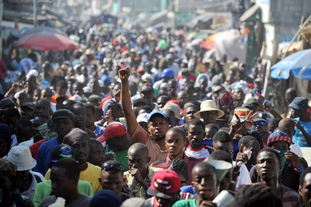 Des manifestants sont descendus dans la rue à... (PHOTO HECTOR RETAMAL, ARCHIVES AFP)