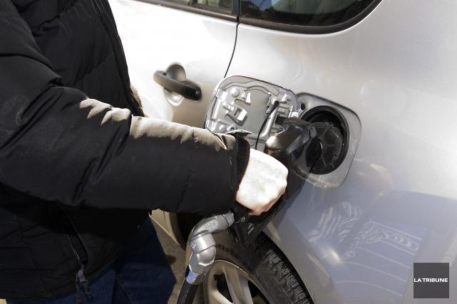 Le mouvement à la baisse du prix de l'essence s'est poursuivi au cours des... (Archives La Tribune)