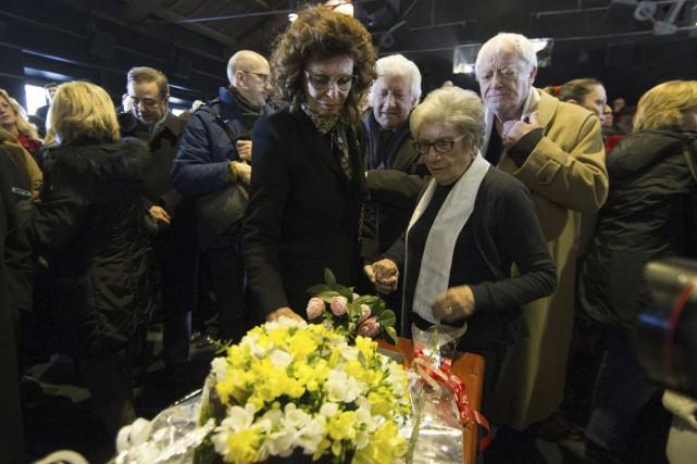 L'actrice Sophia Loren s'est recueillie sur la tombe... (AP, Massimo Percossi)