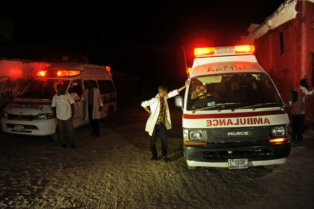 Deux ambulances près de la plage du Lido... (Photo MOHAMED ABDIWAHAB, AFP)