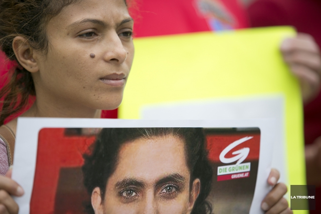 Ensaf Haidar montrant une photo de Raif Badawi.... (Archives La Tribune, René Marquis)