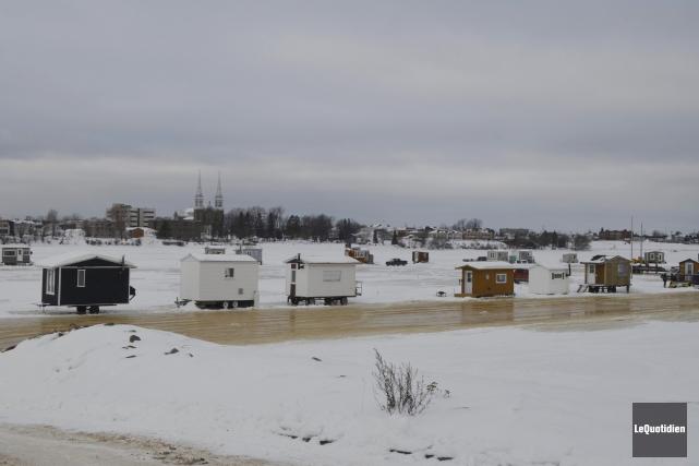 Des maisonnettes sont déjà installées sur la glace... (Photo Le Quotidien, Louis Potvin)