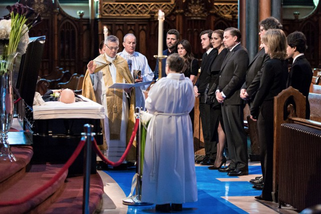 Toute vêtue de noir, portant une voilette scintillante... (OSAIMAGES, Olivier Samson Arcand)