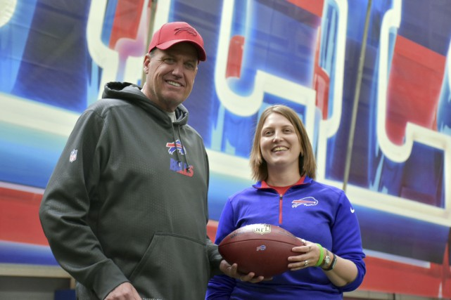 Kathryn Smith pose avec l'entraîneur-chef des Bills de... (AP, Anna Stolzenberg)
