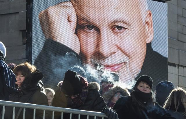 Des centaines de citoyens ont bravé le froid... (La Presse Canadienne)