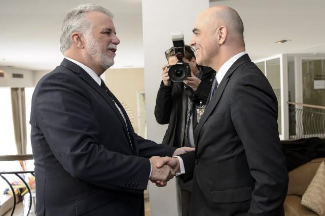 Philippe Couillard et le ministre suisse de l'Intérieur... (AP, Jean-Christophe Bott)