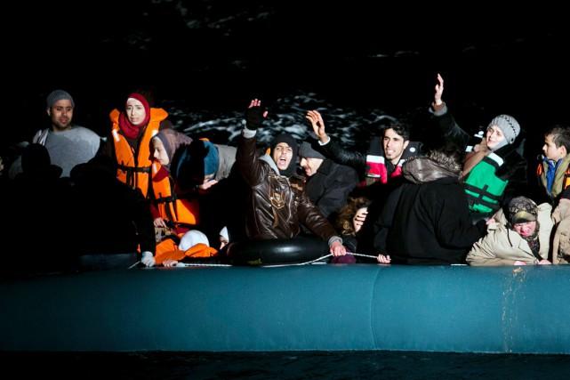 Des réfugiés et migrants entassés sur un canot... (PHOTO ANGELOS TZORTZINIS, ARCHIVES AFP)