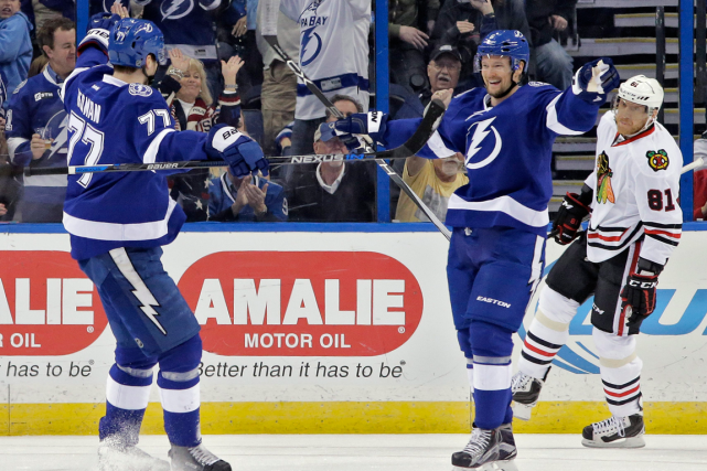Le défenseur du Lightning Anton Stralman (à droite)... (Photo Chris O'Meara, AP)