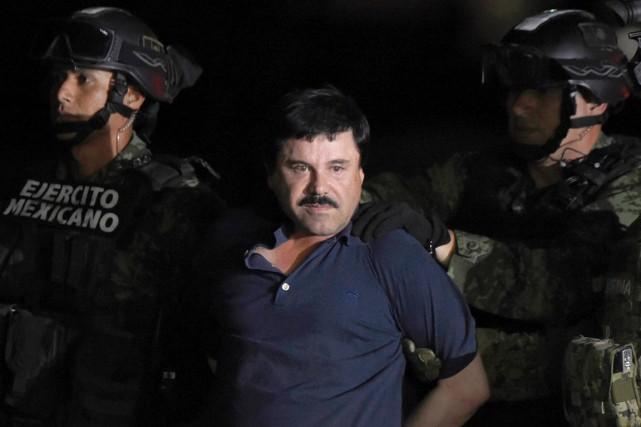 Joaquin «El Chapo» Guzman est emmené par des... (PHOTO ALFREDO ESTRELLA, ARCHIVES AFP)