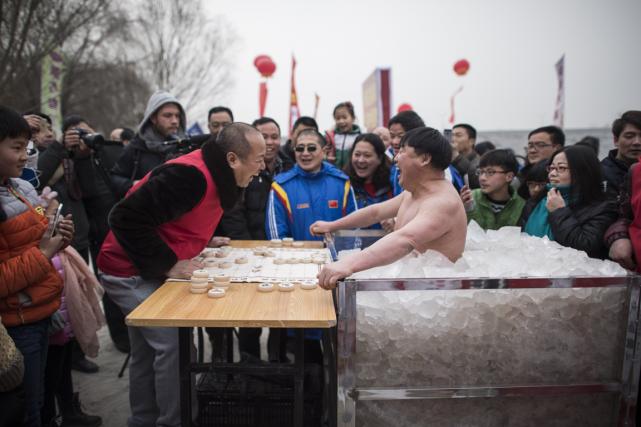 Le Chinois Cui Deyi (à droite), surnommé «Ours... (Photo Fred Dufour, AFP)