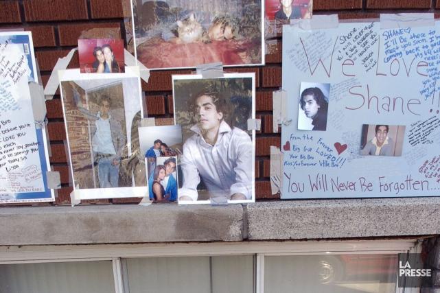 De nombreuses personnes avaient offert leur hommage àShane... (PHOTO ARCHIVES LA PRESSE)