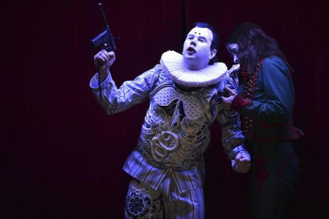 C'est un héros de Shakespeare dans une tenue inédite au théâtre qu'on peut voir... (PHOTO AFP)