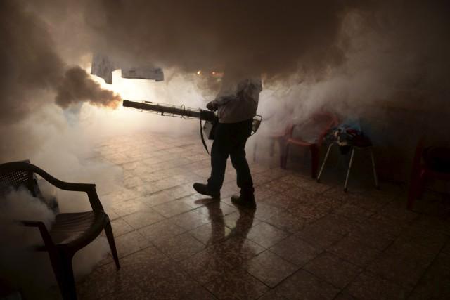 Un employé salvadorien tente de tuer les moustiques... (Agence France-Presse, Marvin Recinos)
