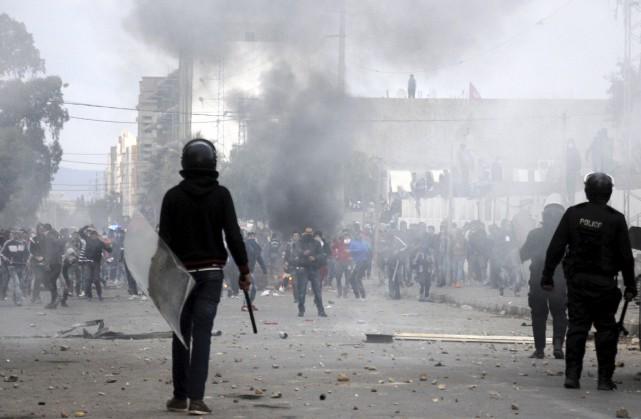 Des heurts entre manifestants et policiers dans la... (Agence France-Presse)