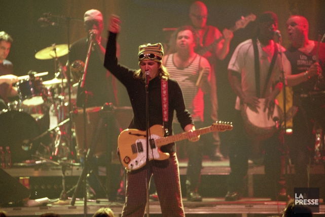 André «Dédé» Fortin et sa célèbre guitare lors... (Archives La Presse, Rémi Lemée)