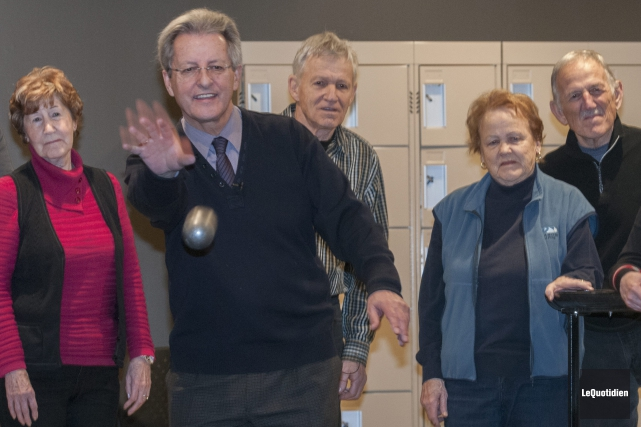 Le maire Jean Tremblay s'est initié à la... (Photo Le Quotidien, Michel Tremblay)