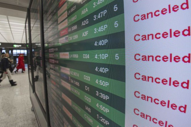 Un panneau indique l'annulation de plusieurs vols à... (PHOTO PAUL J. RICHARDS, AFP)
