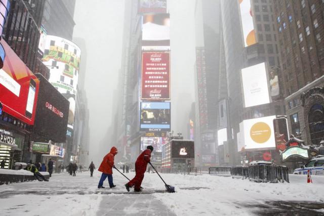 Des travailleurs déneigent les rues de Times Square,... (PHOTO SHANNON STAPLETON, REUTERS)
