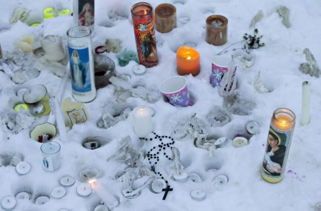 Un mémorial a été installé à l'extérieur de... (La Presse Canadienne, Jason Franson)
