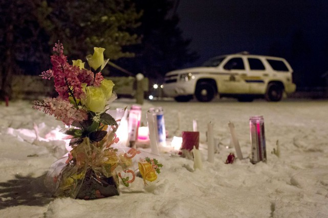 Un mémorial a été installé près de l'école... (La Presse Canadienne, Jason Franson)