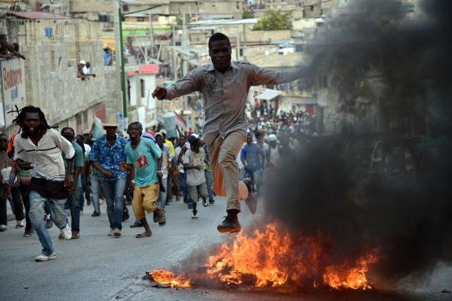 Plusieurs miliers de personnes sont descendues dans les... (AFP, Hector Retamal)
