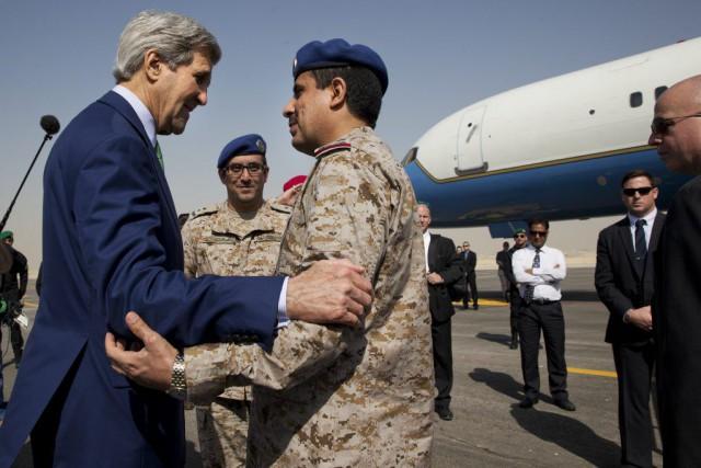 Le secrétaire d'État américain John Kerry salue des... (PHOTO JACQUELYN MARTIN, AP)