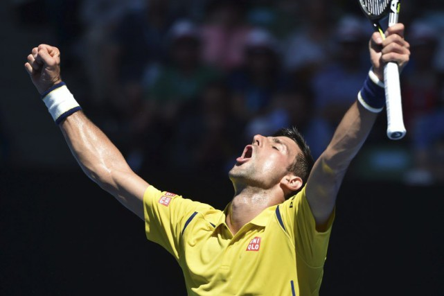 Novak Djokovic a dû bataillé pendant 4 h 32 min pour venir... (PHOTO SAEED KHAN, AFP)