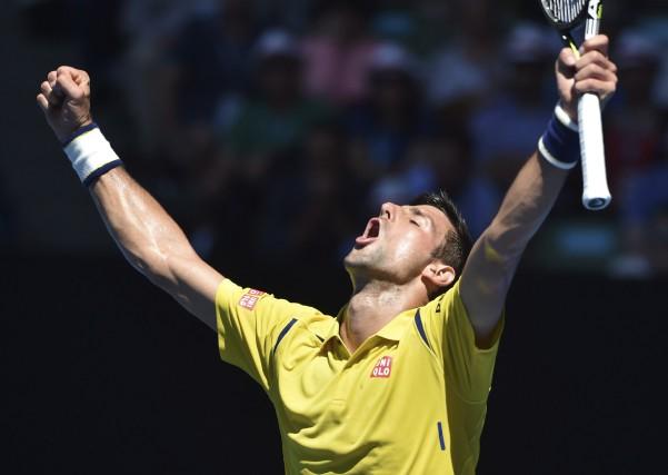Novak Djokovica livré une âpre bataille de 4h32... (AFP, Saeed Khan)
