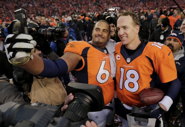 Ryan Harris etPeyton Manning immortalisent cette victoire sur... (AP, Charlie Riedel)